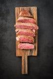 Steak auf hölzernem Brett Stockbild