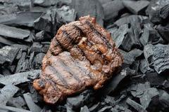 Steak auf Kohlenstoff Stockfotos