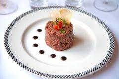 Steak auf Platte lizenzfreie stockbilder