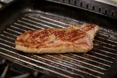 Steak auf Wanne stockfoto