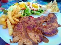 Steakde A es el meatdel acortó generalmente a través de las fibras de músculo, potencialmente incluyendo un hueso ?? DE ? foto de archivo libre de regalías