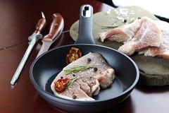 Steak in der Bratpfanne Lizenzfreie Stockfotos