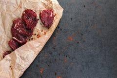 Steak des Rindfleisches auf Papier und Gewürzen stockfotos