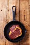 Steak des rohen Fleisches auf Roheisenbratpfanne Lizenzfreies Stockfoto