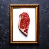 Steak des rohen Fleisches im Goldbilderrahmen Lizenzfreie Stockbilder