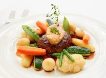Steak des zarten Lendenstücks mit Gemüse und Knochenmark stockfotos