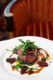 Steak des zarten Lendenstücks mit Morchelpilzen und -Fettleber Lizenzfreies Stockfoto
