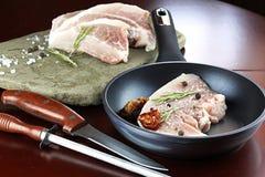 Steak in einer Bratpfanne Stockbilder