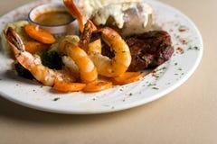 Steak, Garnelen und Reis Stockfoto