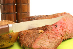 Steak gebackene Kartoffel u. Salz u. PET Stockfotos