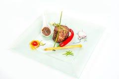 Steak gedient mit Peperoni auf einer Platte Stockfotos