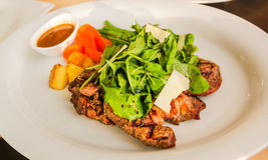 Steak med grönsaken Arkivbild