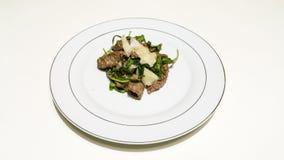 Steak mit Arugula und Parmesankäse lizenzfreies stockfoto