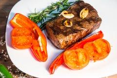 Steak mit gebratenem Gemüse Lizenzfreies Stockfoto