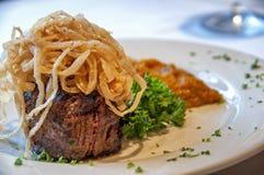Steak mit gebratenen Zwiebeln Stockfoto