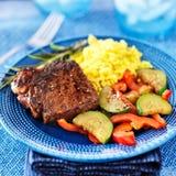 Steak mit Gemüse und Reisabendessen Stockbild