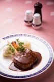 Steak mit Gemüse und roter Soße Stockbilder
