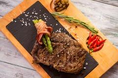 Steak mit Gewürzen an Bord stockfoto
