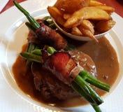 Steak mit grünen Bohnen und Fischrogen stockfotos