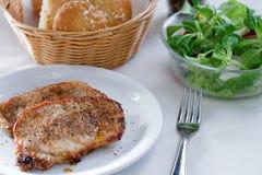 Steak mit kleinem Salat Stockfotografie