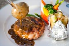 Steak mit Pfeffersoße Stockbild