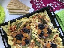 Steak mit Pflaumen und getrockneten Aprikosen unter Käse Für das Backen im Ofen mit Kartoffeln Addierte Gewürze und Rosmarin Stockbilder