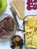 Steak mit Pflaumen und getrockneten Aprikosen unter Käse Für das Backen im Ofen mit Kartoffeln Addierte Gewürze und Rosmarin Lizenzfreies Stockbild