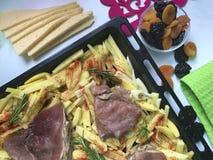 Steak mit Pflaumen und getrockneten Aprikosen unter Käse Für das Backen im Ofen mit Kartoffeln Addierte Gewürze und Rosmarin Stockfotos