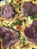 Steak mit Pflaumen und getrockneten Aprikosen unter Käse Für das Backen im Ofen mit Kartoffeln Addierte Gewürze und Rosmarin Lizenzfreie Stockfotografie