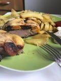 Steak mit Pflaumen und getrockneten Aprikosen unter Käse Für das Backen im Ofen mit Kartoffeln Addierte Gewürze und Rosmarin Lizenzfreie Stockfotos