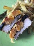 Steak mit Pflaumen und getrockneten Aprikosen unter Käse Für das Backen im Ofen mit Kartoffeln Addierte Gewürze und Rosmarin Stockbild