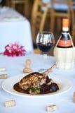 Steak mit Pilzen und Rote-Bete-Wurzeln im Restaurant Stockfoto