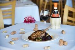 Steak mit Pilzen und Rote-Bete-Wurzeln im Restaurant Stockfotos