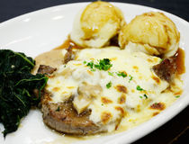 Steak mit Pilzsoße Stockbild