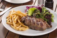 Steak mit Pommes-Frites Stockbild