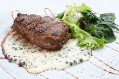 Steak mit Salat lizenzfreie stockbilder
