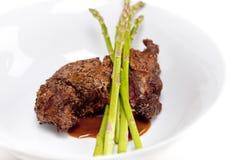 Steak mit Spargel - horizontaler Schuß Stockbild