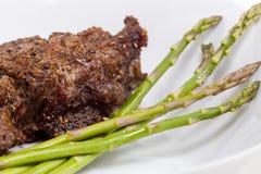 Steak mit Spargel - naher hoher Schuß Stockfoto