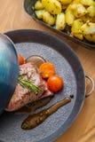 Steak mit Tomaten und Ofenkartoffel-, Abendessen- oder Mittagessenlebensmittel, Restaurant Stockbilder