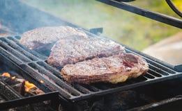 Steak mit Würsten und wurstel Stockfotos