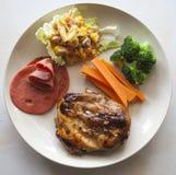 Steak, Soße des Schwarzen Pfeffers des Hühnerthunfischsalats auf einer Platte Thailand Lizenzfreie Stockfotos