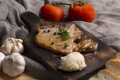 Steak, Tomate, Petersilie, Knoblauch, schwarzer Pfeffer auf Holz lizenzfreie stockfotografie