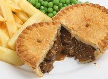 Steak-u. Niere-Torte mit Chips Lizenzfreies Stockbild