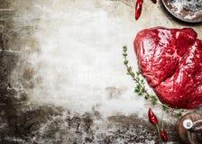 Steak und Bestandteile des rohen Fleisches für das geschmackvolle Kochen auf rustikalem Metallhintergrund, Draufsicht Lizenzfreies Stockbild