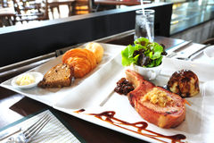Steak und Brot auf Tabelle Lizenzfreies Stockfoto