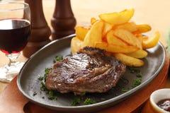 Steak und Chips Lizenzfreies Stockbild