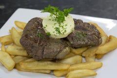 Steak und Chips mit Knoblauchbutter Lizenzfreies Stockfoto