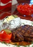 Steak und gebackenes potatoe Stockbild
