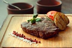 Steak und gegrilltes Gemüse Stockfoto