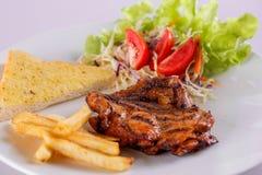 Steak- und Getränkeweißhintergrund Lizenzfreie Stockfotografie